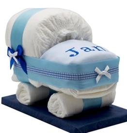 Windeltorte/Windelwagen blau für Jungen - mit besticktem Lätzchen/Das perfekte Geschenk zur Geburt oder Taufe - 1